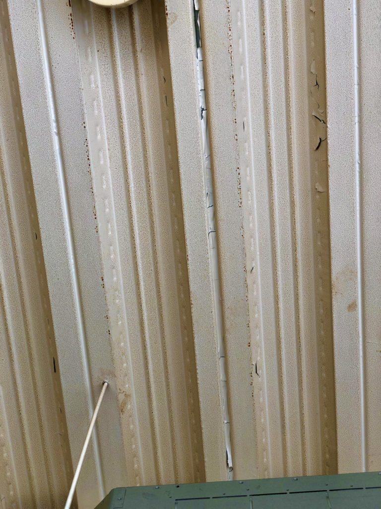 2020/05/27 14:05 9年強使った天井は汚れやペンキ剥がれでくたびれています