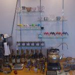 2012/03/12 00:40 まださっぱりしたカフェアインのカウンターにカラフルなガラスサーバー