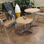 2011/10/02 02:10 外テーブル作成中 右の高めテーブルの脚をカットして低くしている様子